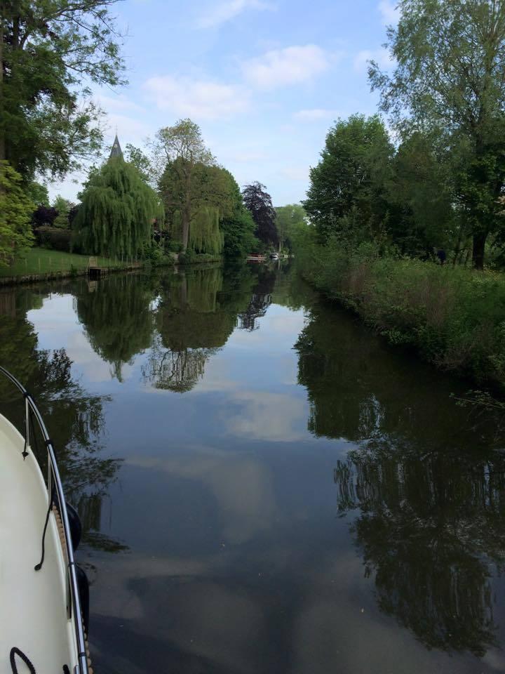 Varen op een jacht over Belgische meren met prachtige natuur